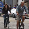 Exclusif - Tim Robbins faisant du vélo avec son plus jeune fils Miles à Venice Beach, un des quartiers de Los Angeles le 24 juillet 2013