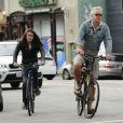 Exclusif - Tim Robbins faisant du vélo avec son fils aux cheveux très longs, Miles à Venice Beach, un des quartiers de Los Angeles le 24 juillet 2013