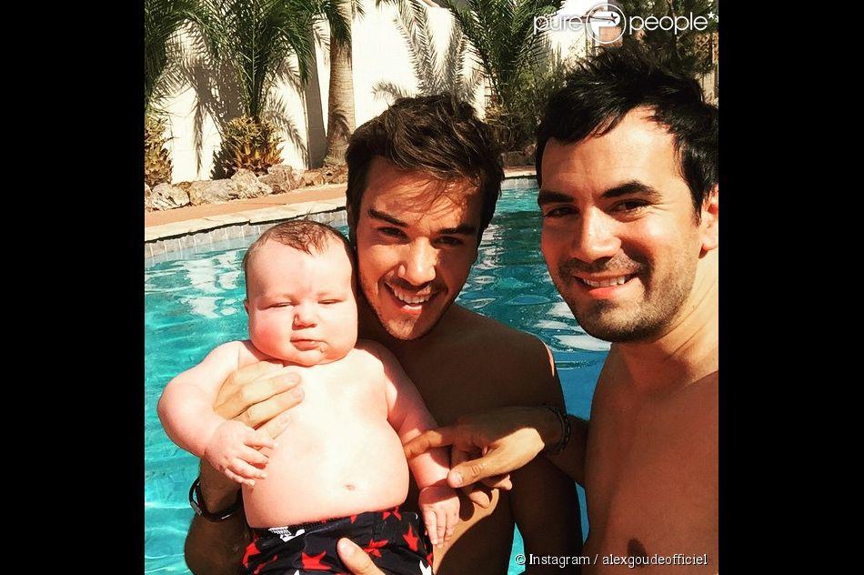 Alex goude et son mari romain tendres selfies avec leur for Bebe dans piscine