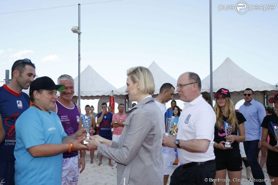 Exclusif - Le prince Albert II de Monaco et la princesse Charlène remettent les prix lors du tournoi Beach Volley Challenge organisé par les carabiniers de Monaco au profit de la Fondation Princesse Charlène de Monaco le 20 juin 2015