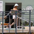 """Eva Longoria, en vacances aux côtés de son compagnon José Antonio Baston à Miami, plonge tête la première dans la piscine de son hôtel devant un panneau """"NO DIVING"""". Le 1er juillet 2015."""