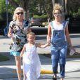 Exclusif - Ashley Tisdale est allée déjeuner avec sa mère Lisa et sa nièce Mikayla Dawn à Toluca Lake, le 30 mai 2015