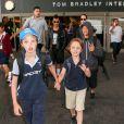 Brad Pitt et Angelina Jolie arrivant en famille à l'aéroport de Los Angeles le 5 juillet 2015 : au premier plan, leurs enfants Shiloh et Knox, Pax derrière eux puis Maddox et sa mère Angelina
