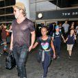 Brad Pitt avec sa fille Zahara, ses enfants Shiloh et Knox derrière lui, arrivant en famille à l'aéroport de Los Angeles le 5 juillet 2015