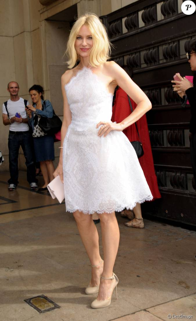 Naomi watts arrive au th tre national de chaillot pour for Robes blanches simples pour le mariage de palais de justice
