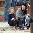 Lena Headey passe du temps avec son fils Wylie dans une aire de jeux de Los Angeles, le 5 février 2015