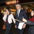 Rowan Atkinson et sa jeune petite-amie Louise Ford à Londres, le 27 avril 2015.
