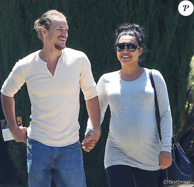 Naya Rivera enceinte se promène, main dans la main, avec son mari Ryan Dorsey dans les rues de Los Angeles, le 10 juillet 2015 Pregnant actress Naya Rivera and husband Ryan Dorsey walk hand in hand while shopping for furniture at The Mod Barn in Los Angeles, California on July 10, 2015. Naya, who married Ryan on July 19, 2014, announced her pregnancy back in February.10/07/2015 - Los Angeles