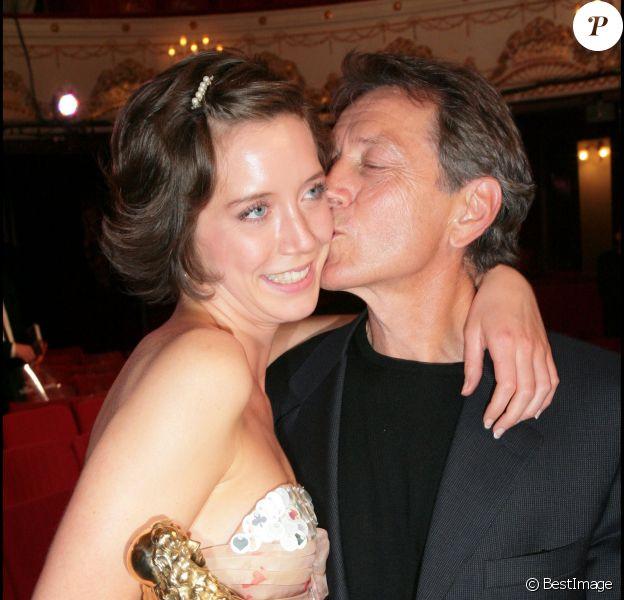Sara Giraudeau avec son père Bernard et son Molière de la révélation théâtrale le 14 mai 2007
