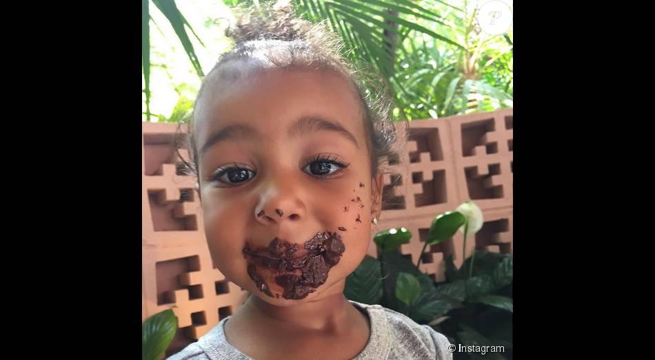 North West gourmande et couverte de chocolat / juillet 2015
