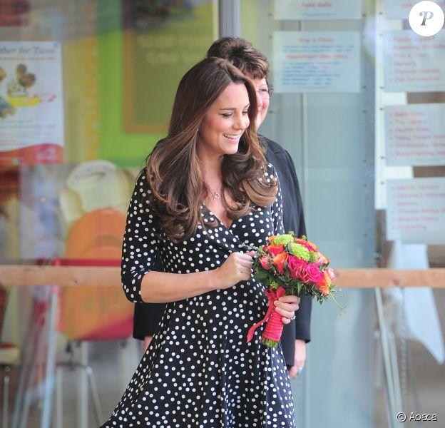 Kate Middleton le 18 mars 2015 parfaite dasn sa robe signée Asos dont elle a provoqué les ruptures de stock