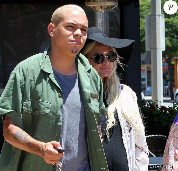 Ashlee Simpson très enceinte va déjeuner au restaurant japonais avec son mari Evan Ross à Studio City, le 22 juin 2015.
