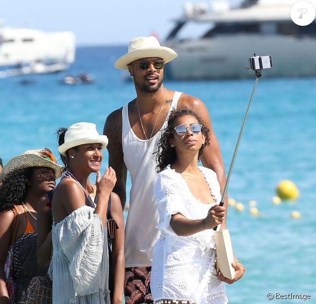 Selfie souvenir pour Tyson Chandler, la star des Suns de Phoenix, sa femme Kimberly et leurs amis au Club 55 de Saint-Tropez, le 30 juillet 2015
