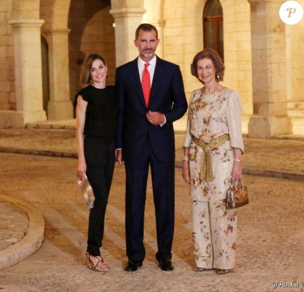 La reine Letizia et le roi Felipe VI d'Espagne, en compagnie de la reine Sofia, accueillaient près de 400 invités mercredi 5 août 2015 au palais royal de la Almudaina, à Palma de Majorque, pour la grande réception officielle célébrant les liens entre la Maison royale et la population de l'île.