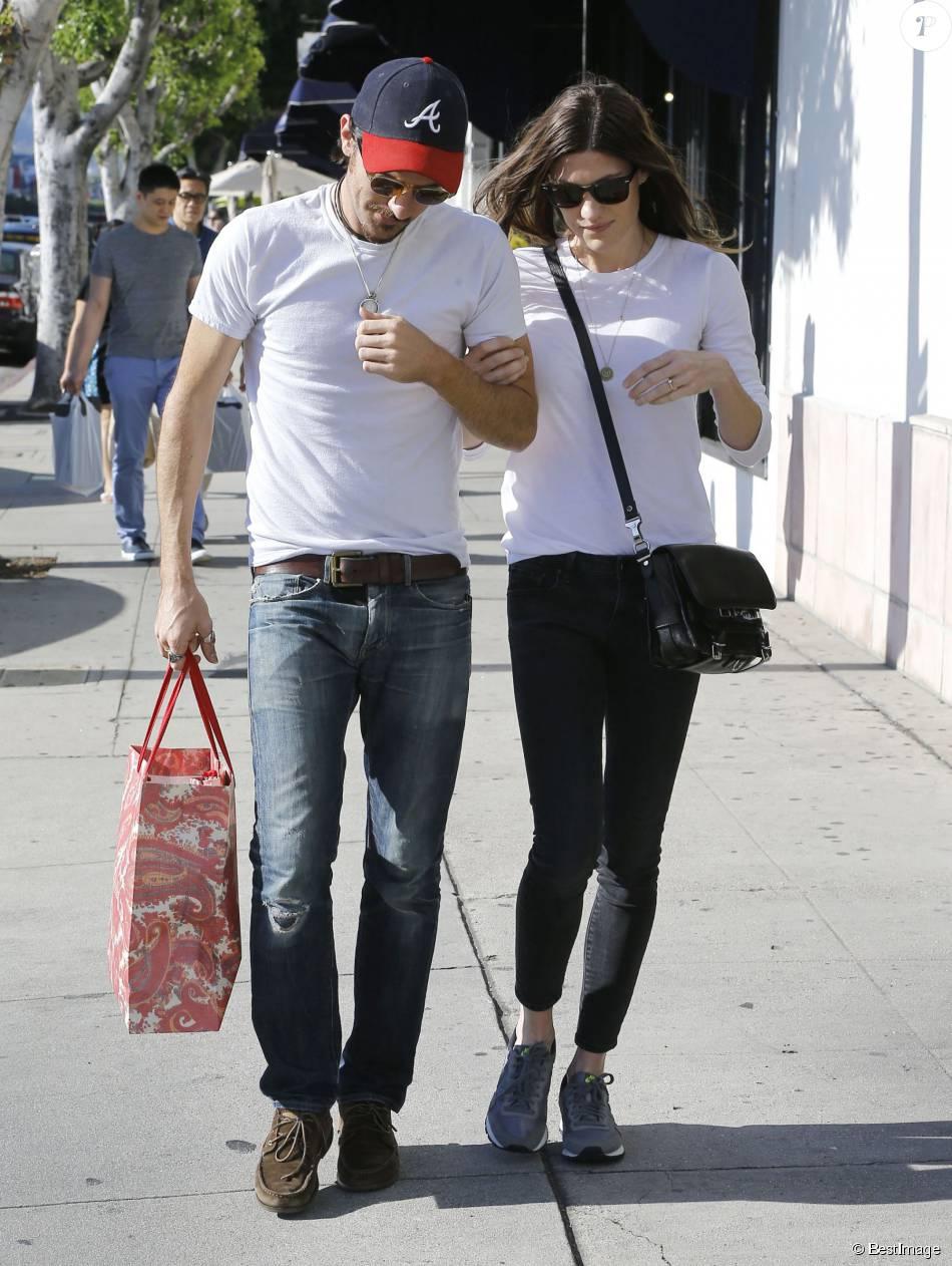"""Jennifer Carpenter """"Dexter"""" se promène avec son fiancé Seth Avett dans les rues de West Hollywood, le 8 aout 2015"""