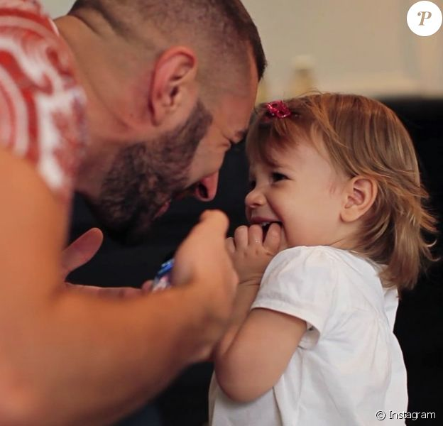Karim Benzema fait découvrir à sa fille Mélia (1 an) un titre de Julien Doré - 11 août 2015