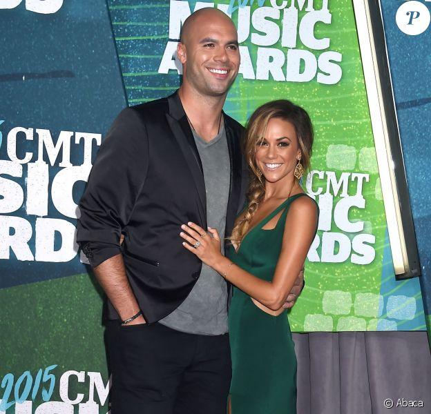 Jana Kramer et son mari Mike Caussin lors des CMT Music Awards à Nashville, le 10 juin 2015