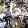 Exclusif - Miley Cyrus se promène avec une amie et leurs chiens respectifs à Calabasas, le 4 août 2015.