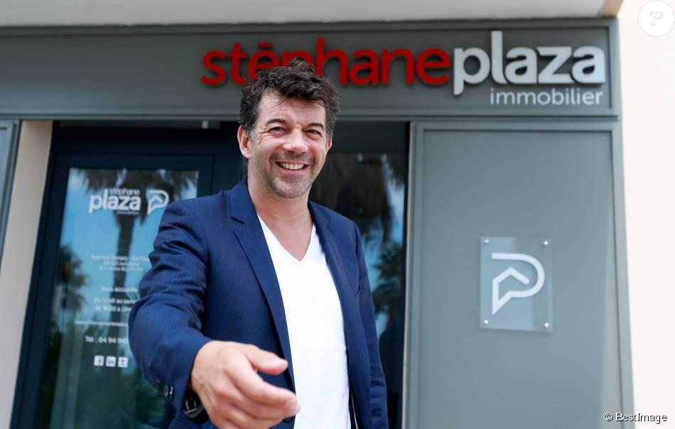 Exclusif - L'animateur Stéphane Plaza pose à côté de sa nouvelle agence immobilière à Six Fours, le 1er août 2015.