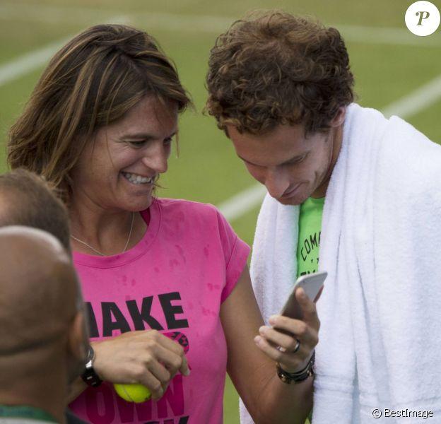 Amélie Mauresmo et Andy Murray lors d'un entraînement au tournoi de tennis de Wimbledon à Londres le 7 juillet 2015. La championne française, alors enceinte, a accouché le 16 août 2015 de son premier enfant.