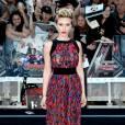 Scarlett Johansson a aussi choisi les motifs géométriques sur sa combinaison pantalon, pour la première du film Avengers : l'ère d'Ultron, le 21 avril 2015  à Londres