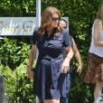 Exclusif - Caitlyn Jenner (Bruce Jenner) donne la main à un homme qui l'aide car Caitlyn Jenner porte des talons en allant au restaurant Villa à Woodland Hills, le 27 juillet 2015
