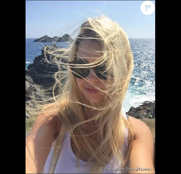 Marie Lopez, alias Enjoy Phoenix, pose lors de ses vacances en Corse, le 23 août 2015.