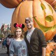 Alyssa Milano et son mari David Bugliari posent a Disneyland pendant les fetes d'Halloween le 26 octobre 2013