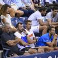 Noura, la compagne de Jo-Wilfried Tsonga, son coach Thierry Ascione et Julien Escudé sur le court Athur Ashe à l'USTA Billie Jean King National Tennis Center de New York lors de l'US Open, le 2 septembre 2015