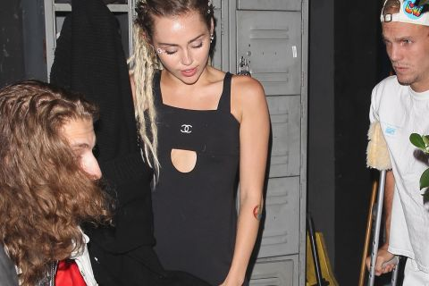 Miley Cyrus : La tête pleine de dreadlocks pour une soirée avec Cody Simpson !