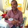 Arnaud Lagardère pose avec le petit Mattìa, son neveu par alliance, en septembre 2015.