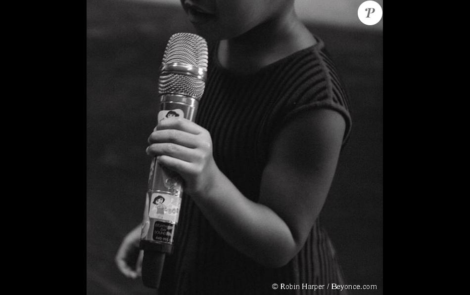 Blue Ivy, micro en main, pousse la chansonnette dans les coulisses de la répétition de sa maman Beyoncé pour le festival Budweiser Made in America. Photo publiée le 5 septembre 2015.