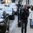 Lara Stone promène son chien dans le quartier de Primrose Hill à Londres. Le 11 novembre 2014 11 November 2014.
