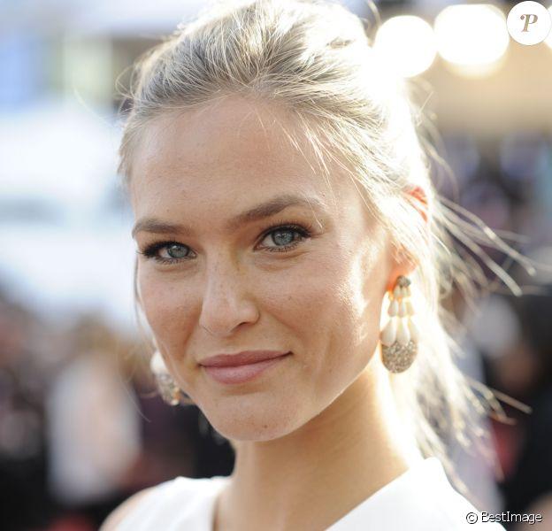 """Bar Refaeli (bijoux de Grisogono) - Montée des marches du film """"La Tête Haute"""" pour l'ouverture du 68ème Festival du film de Cannes, le 13 mai 2015."""