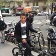 Marquinhos essaie les vélos proposés par VELAIR