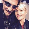 """Pause selfie pour Johnny et Laeticia Hallyday au Palais Nikaia à Nice où le rockeur débute sa grande tournée """"Rester Vivant"""", le 2 octobre 2015."""