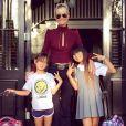 Jade et Joy, accompagnées de leur maman, Laeticia Hallyday, quittent leur maison pour leur rentrée des classes au Lycée français de Pacific Palisades, le 8 septembre 2015.