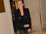 """Fashion Week : Estelle Lefébure, lumineuse, observe la """"Balmain Army"""" à l'oeuvre"""
