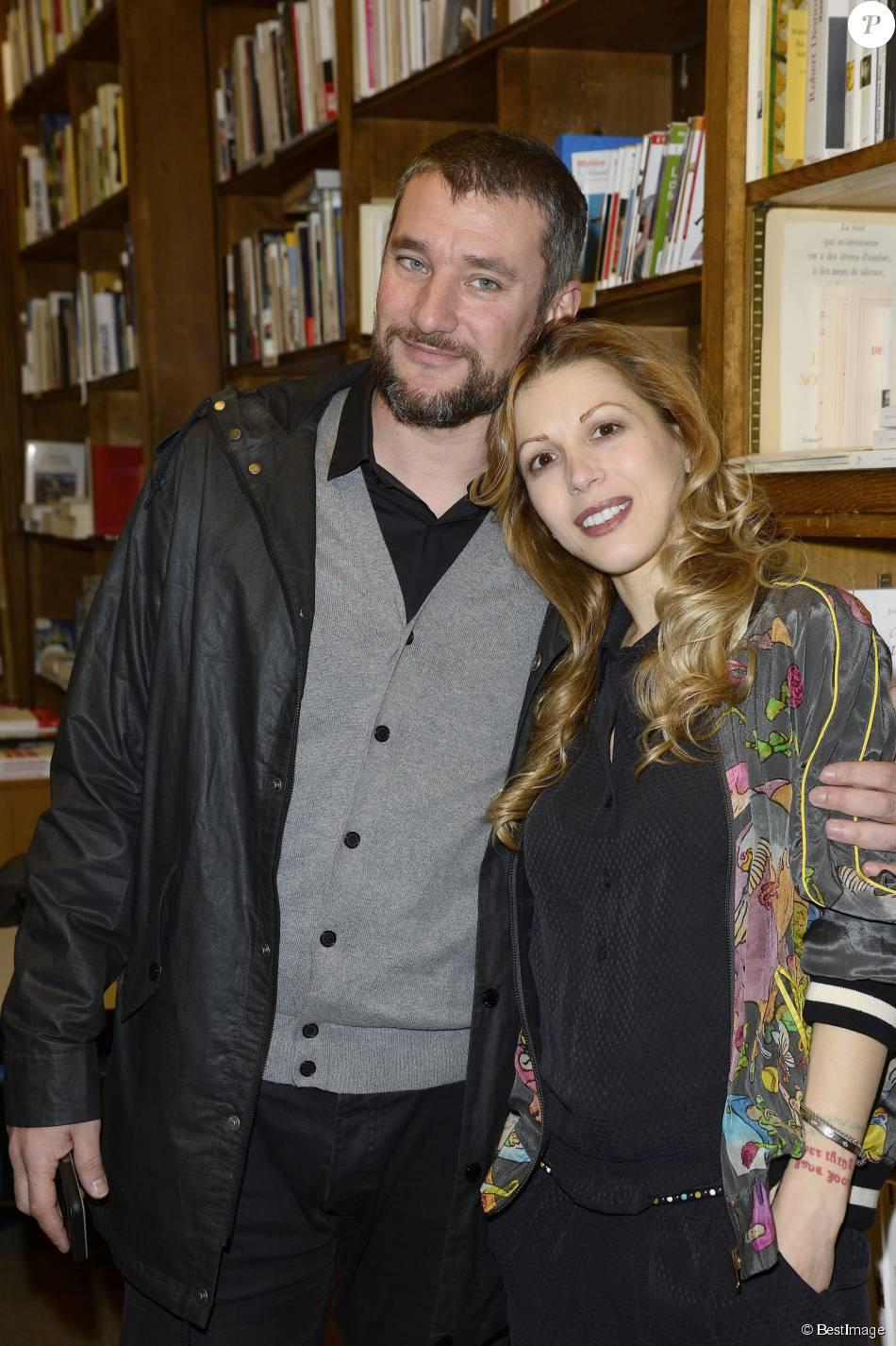 Tristane banon et son compagnon pierre ducrocq lors d 39 une s ance de d dicaces de la romanci re - Damien thevenot et son compagnon ...