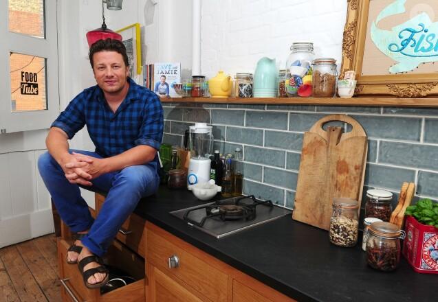 Jamie Oliver pose dans une cuisine à Londres, le 29 août 2013