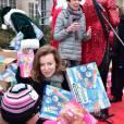 Valérie Trierweiler - Distribution des cadeaux de Noël aux enfants du Secours Populaire sur les Champs-Elysées à Paris, le 20 décembre 2014.
