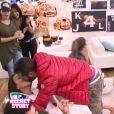 Loïc embrasse Julie dans la quotidienne de Secret Story 9, sur NT1, le lundi 19 octobre 2015
