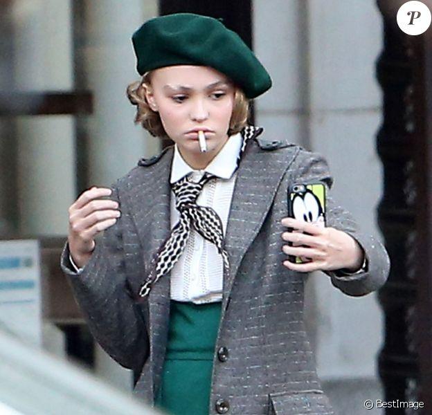 """Exclusif - Lily-Rose Depp fume et prend un selfie sur le tournage de """"Planetarium"""" à Paris le 29 septembre 2015."""