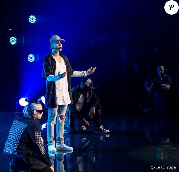 Justin Bieber quitte son propre concert après avoir chanté une seule chanson à Oslo, le 29 octobre 2015. Justin était furieux contre ses fans qui criaient et versaient de l'eau sur le devant de la scène. Il a tenté d'éponger, mais les fans n'ont pas cessé de déverser de l'eau! Très énervé, le chanteur a donc mis fin au show précipitamment, direction l'aéroport!!
