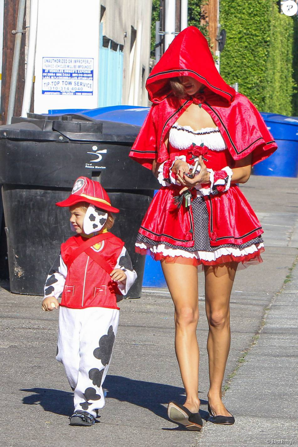 Alessandra Ambrosio en costumes d'Halloween avec son fils Noah Mazur dans les rues de Los Angeles, le 30 novembre 2015