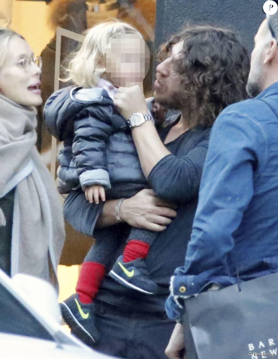 Exclusif - Carles Puyol, sa compagne Vanesa Lorenzo, enceinte, et leur petite Manuela dans les rues de New York, le 20 octobre 2015