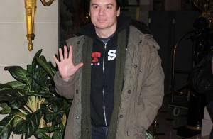 REPORTAGE PHOTOS : Mike Myers, ses chaussures craquent complètement pour Benicio Del Toro... et ce n'est pas une blague !