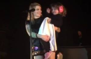 Coeur de Pirate : Tendre moment de partage avec sa fille Romy sur scène...