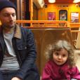 Alex Peyrat et Romy (fille de Coeur de Pirate), dans le métro marseillais, en novembre 2015.