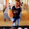 """Vanessa Lawrens dévoile son faux ventre de femme enceinte. Elle a fait croire qu'elle était enceinte afin d'intégrer le casting de """"La Maison du bluff"""" sur NRJ12."""